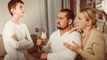 pais conversando com adolescente
